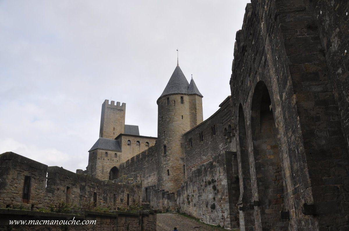 En passant par la Porte d'Aude, on se retrouve sur les Lices et on voit la Tour de Justice au premier plan, puis le Châtelet et au fond la Tour Pinte.