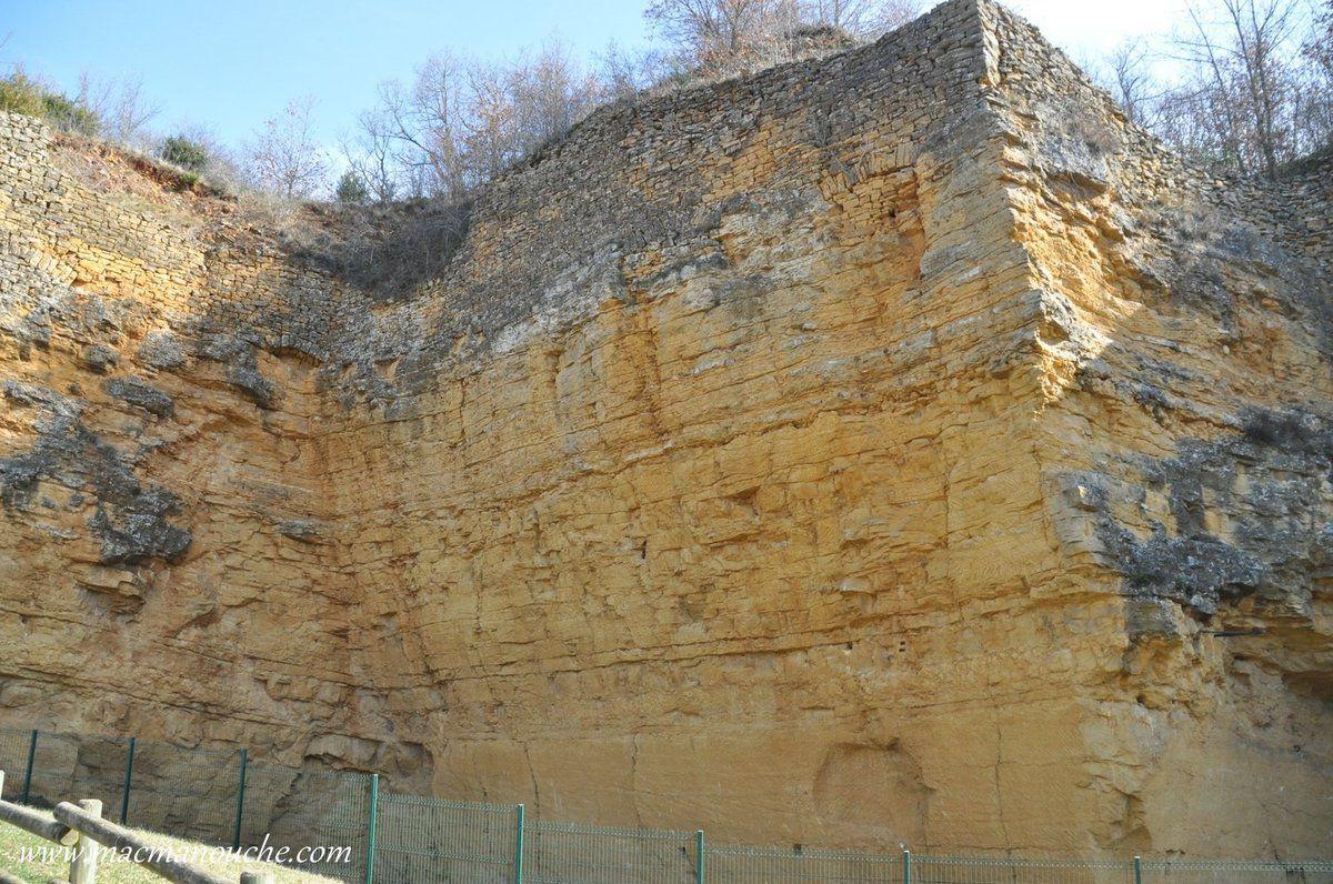 Sur ces fronts de taille  qui s'élèvent majestueusement sur près de 20 mètres ont peut distinguer la différence d'aspect et de qualité de la pierre.