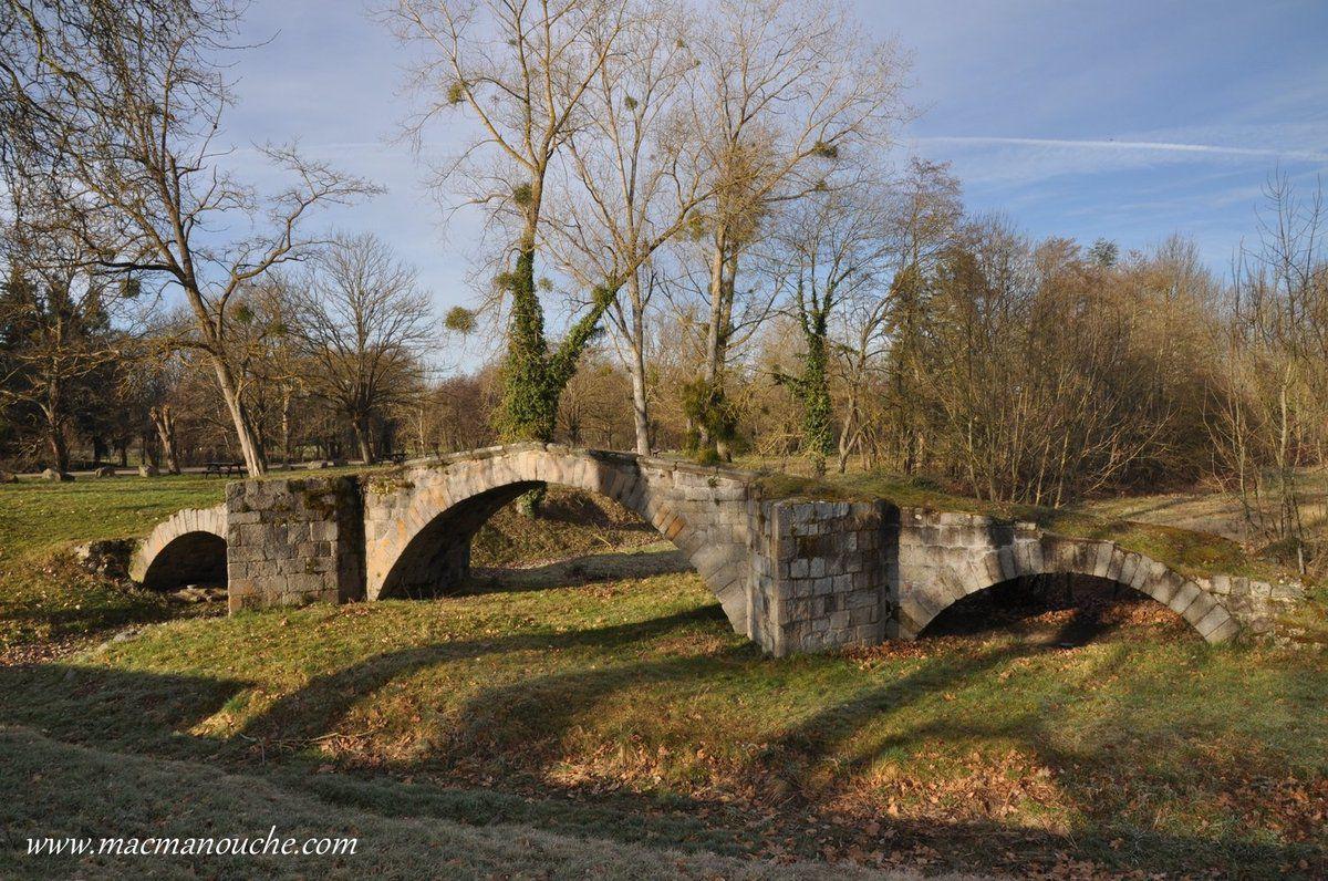 Le Pont de la Valla (XVème siècle) dont les trois arches gothiques renforcées de forts éperons enjambaient jadis les eaux de l'Aix.