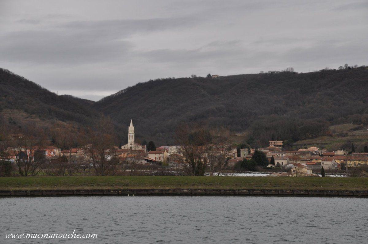 Sur l'autre berge, le village d'Érome (26600).