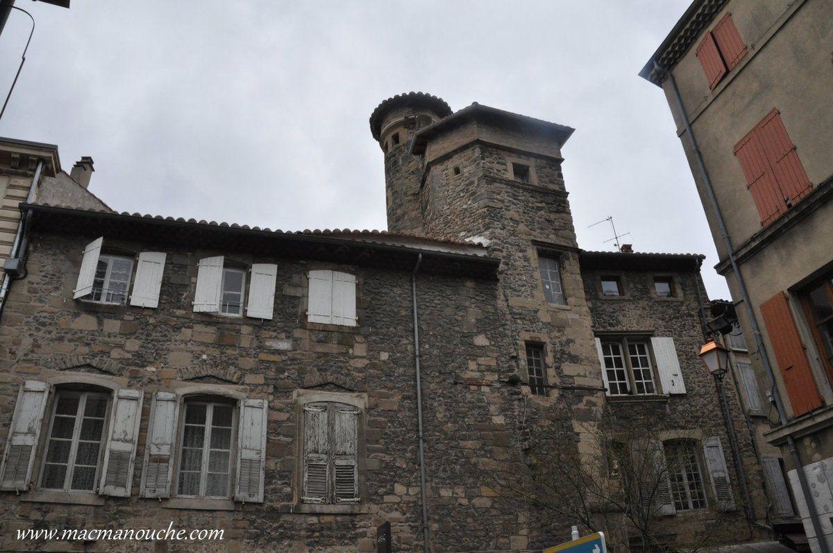 Nous voici dans la ville, et ici l'hôtel particulier de la famille Fay-Solignac (Xvè-XVIè siècle).