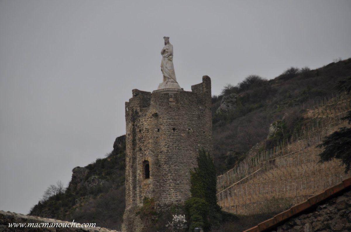 La Tour de l'Hôpital: l'autre tour restante de l'ancien rempart de la ville, surplombée par une statue de la Vierge datant de 1860.
