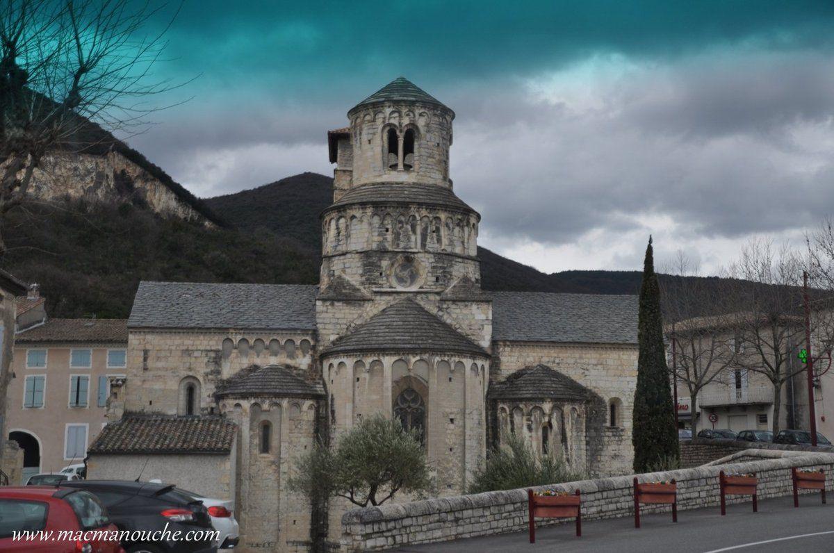 Le chevet se compose d'une abside et de deux chapelles.