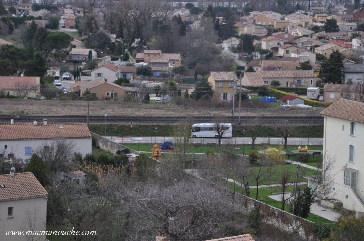 On se gare  à la périphérie du village, entre la voie ferrée et un jardin public !