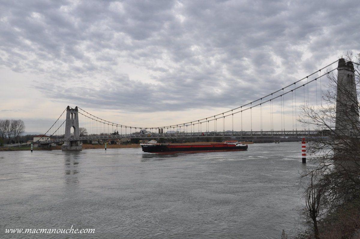 …  == > ...  Le pont de La Voulte-sur-Rhône est un pont suspendu et pont routier qui a été achevé en 1889.  …  == > ...