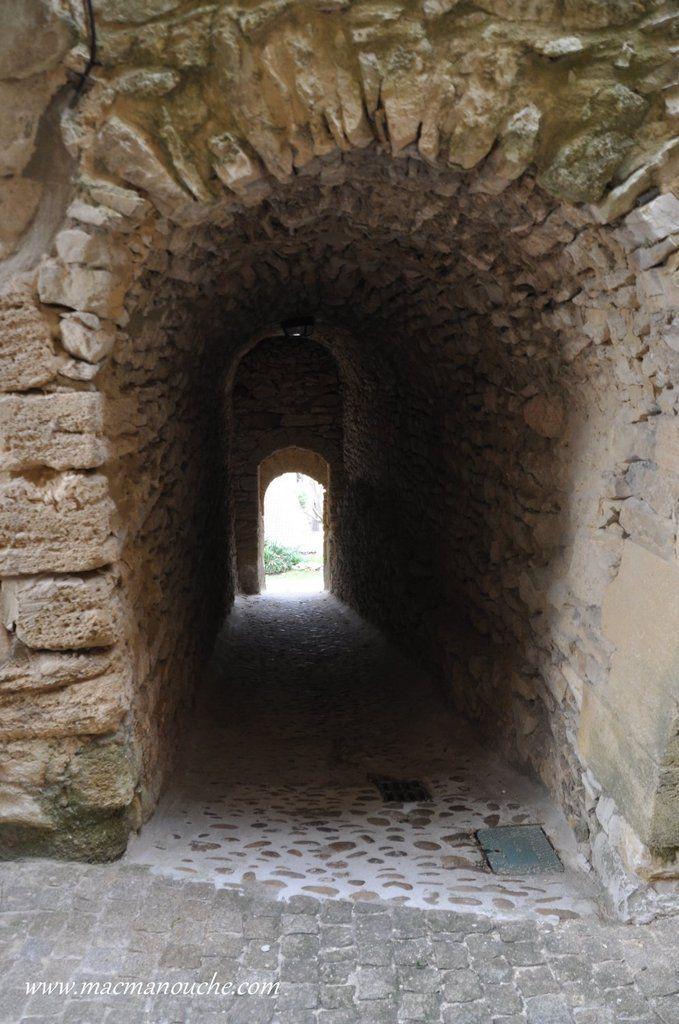 Autre passage voûté qui va nous permettre de sortir de l'enceinte fortifiée.