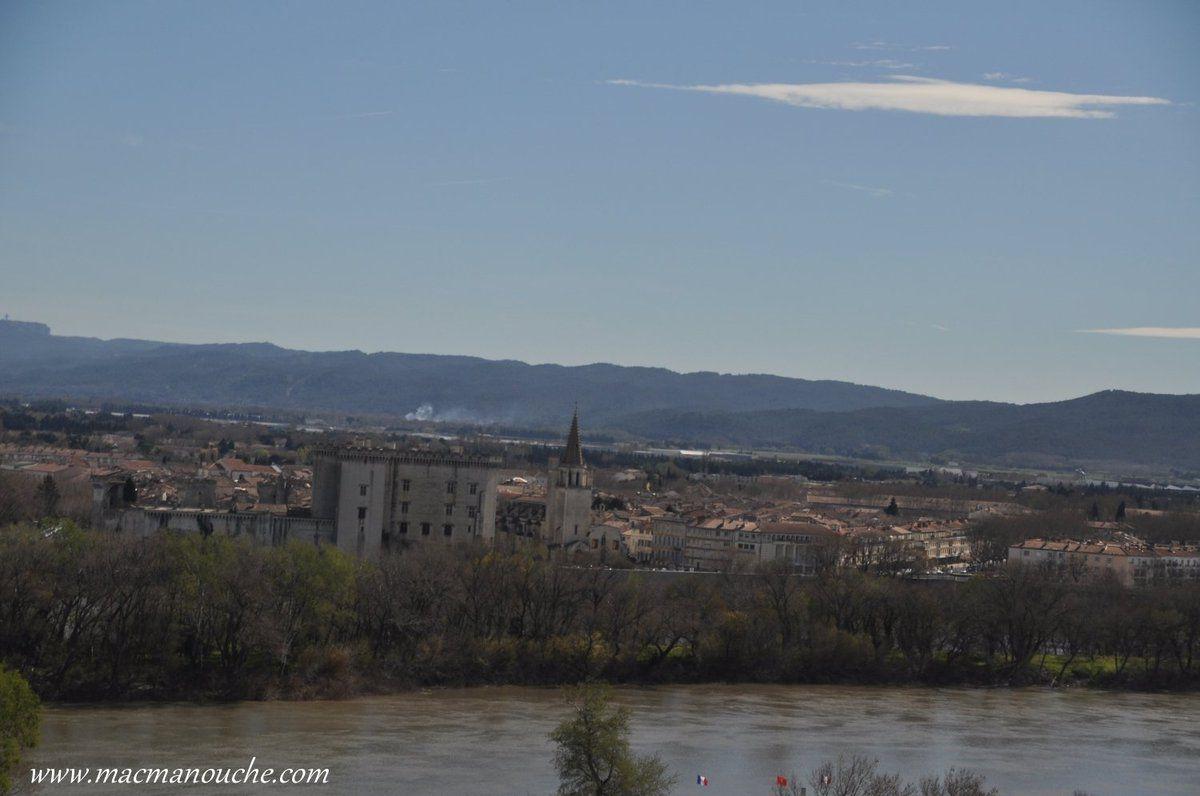 Vue sur le Rhône et le château de Tarascon.