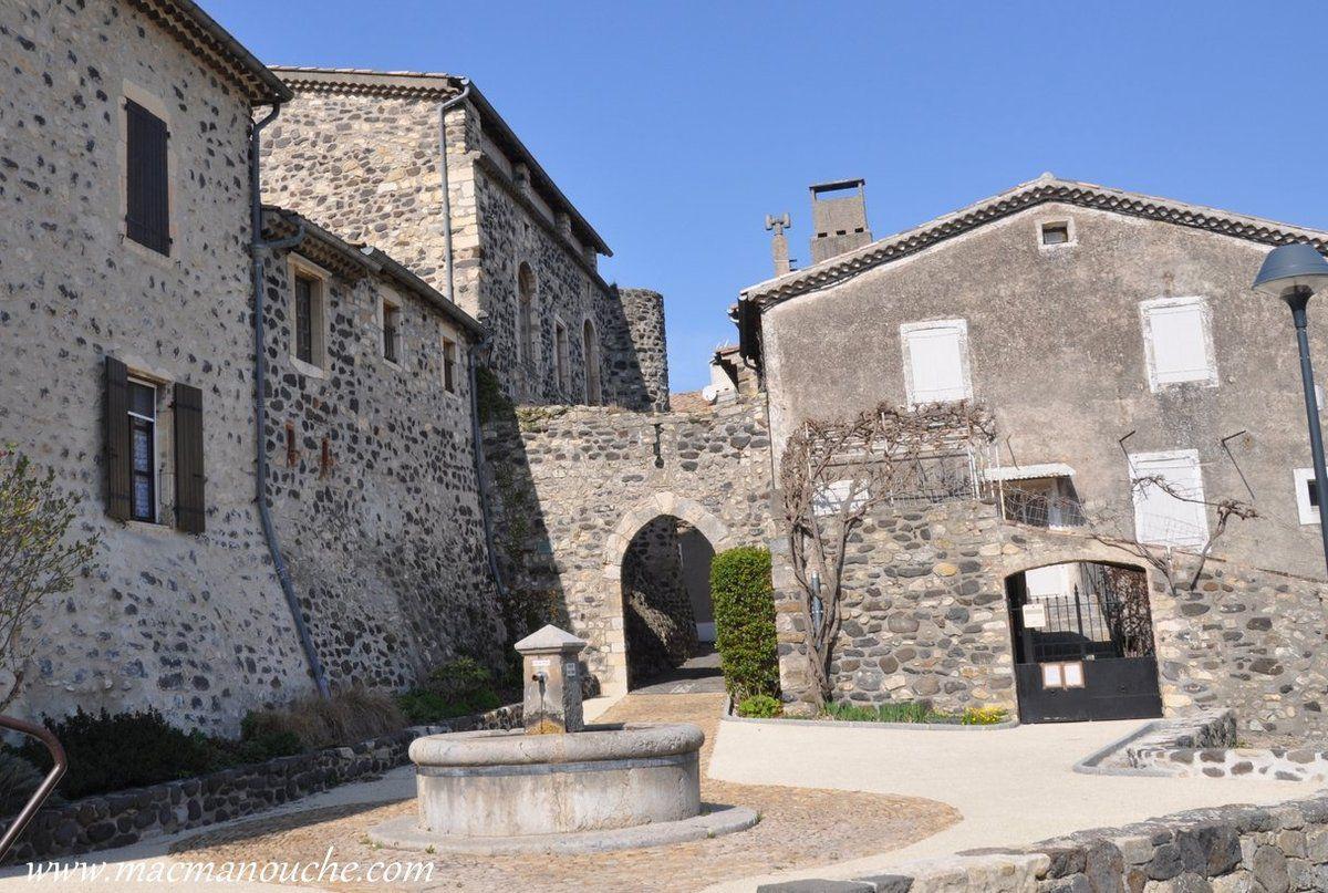 En contournant le château par l'Est (à droite), on arrive à la fontaine et à la Porte des Cavaliers  qui permettait aux hommes à cheval de pénétrer dans le site sur leur monture.