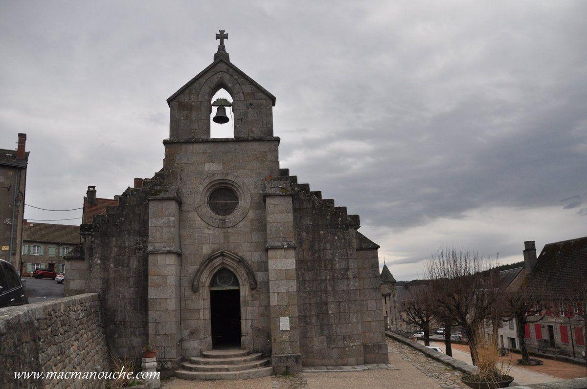… == > … Elle possède un clocher mur à fronton triangulaire … == > …