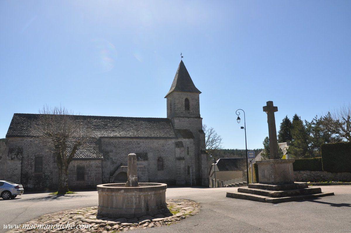 La seule  curiosité c'est l'église (XIIIème siècle) avec  enfeu extérieur … == > …
