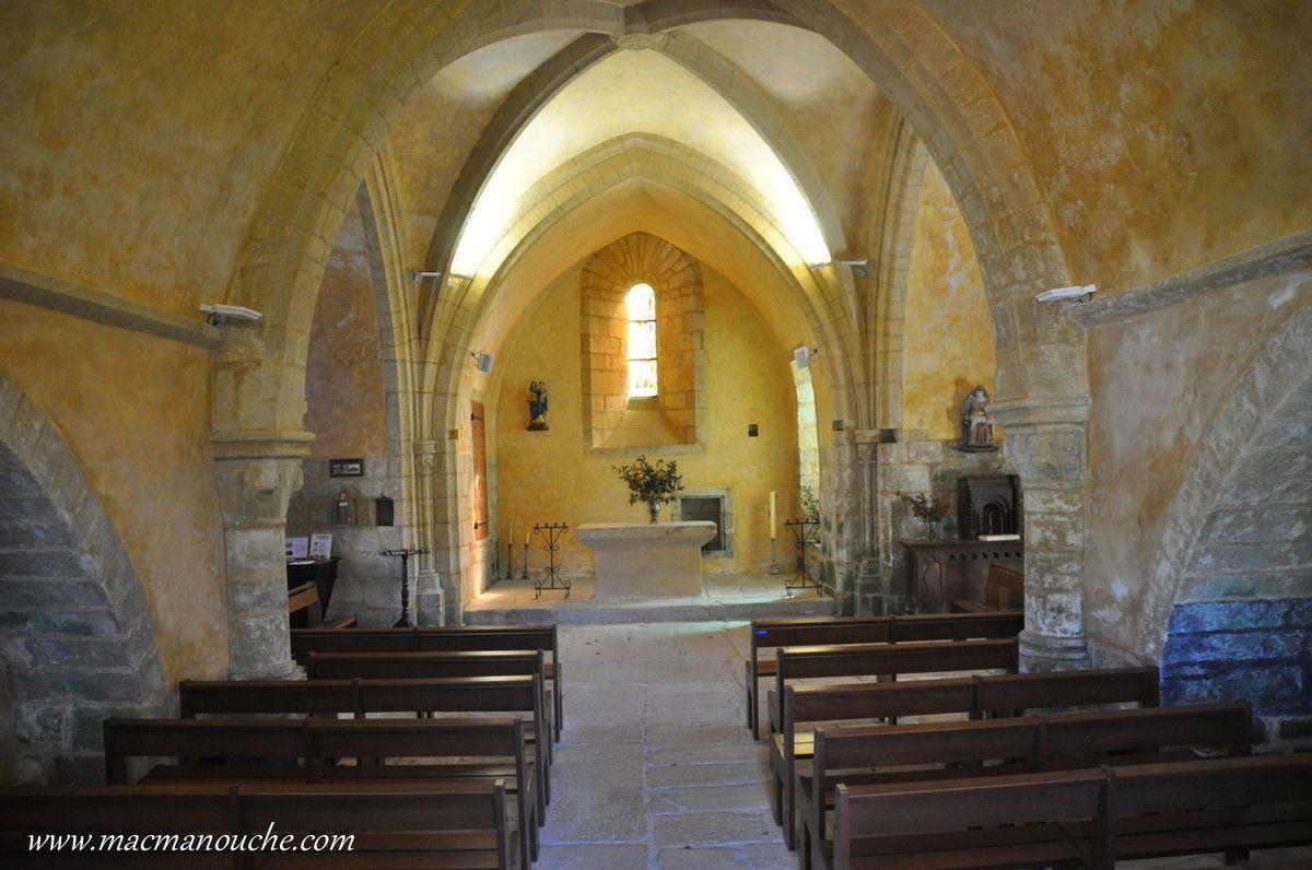 L'intérieur de l'église vue depuis la porte d'entrée principale.