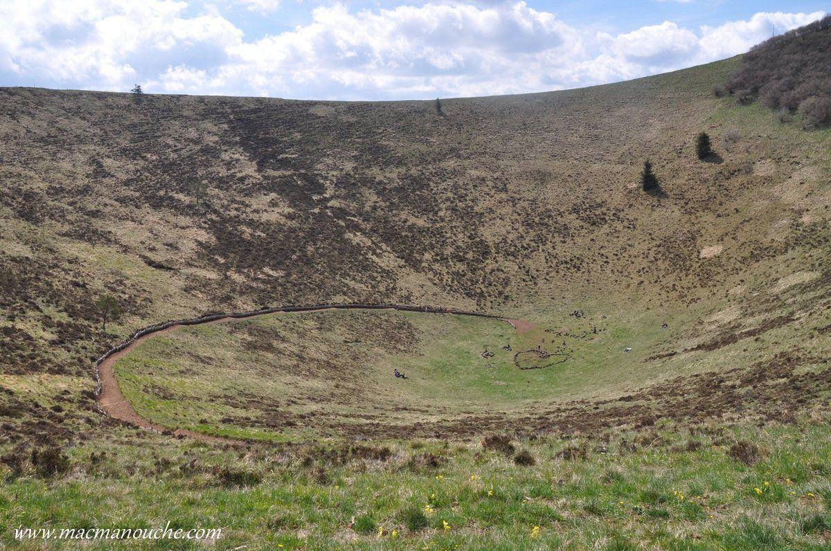 Le fond du cratère et le chemin qui permet d'y descendre, mais pas nous.