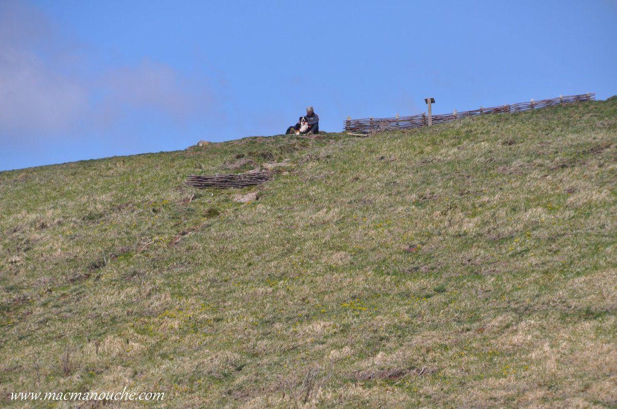MimiManouche et Jaïka sont restés sur le bord du cratère pendant que  … == > …