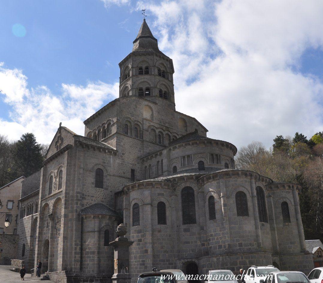 Ce petit village d'Orcival (250 habitants) possède un pur joyau de l'architecture romane.