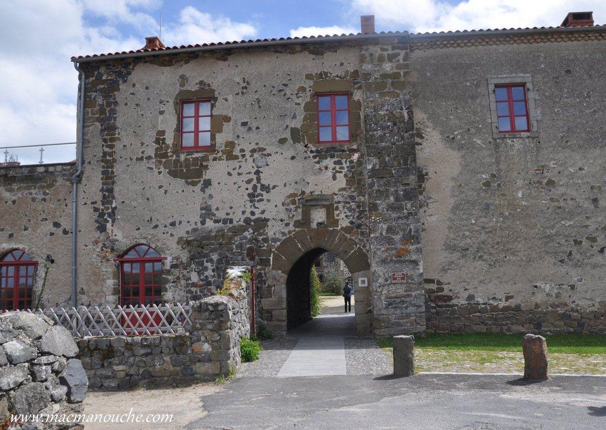 Puis, après avoir grimpé la ''Calade''  ruelle pavée assez pentue (comme son nom l'indique), on arrive devant l'entrée de l'abbaye.