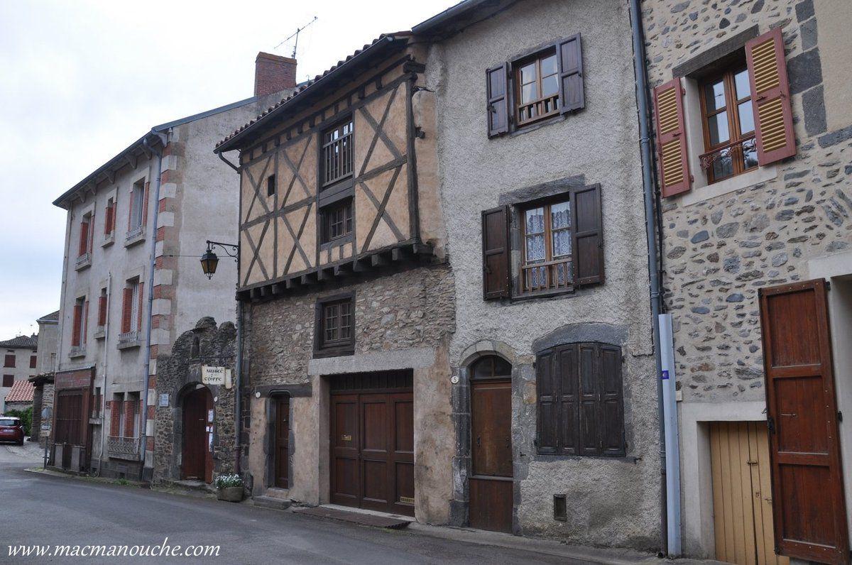 Le village de Blesle a conservé de nombreuses maisons à pans de bois, ce qui lui vaut souvent le titre de ''cité médiévale''.