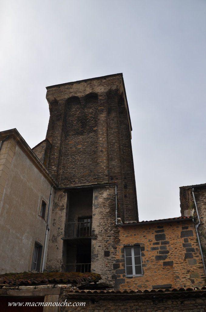 Cette tour adopte un plan quadrangulaire, avec sur chaque face, deux contreforts soutenant un système de mâchicoulis.