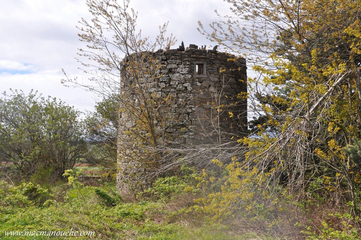 En face se trouve un moulin en ruines  … == > …