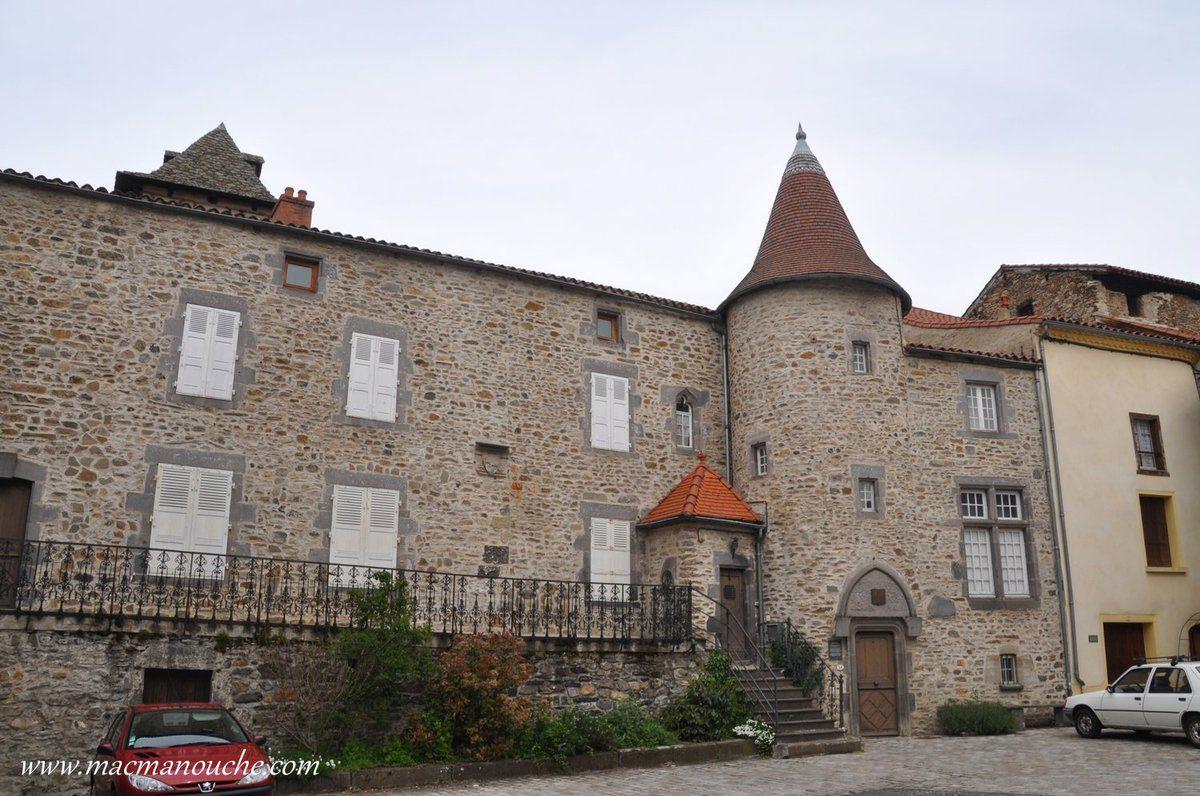 Sur la place de la mairie, maison des dames du Chassan de Ponsonnailles. … == > …