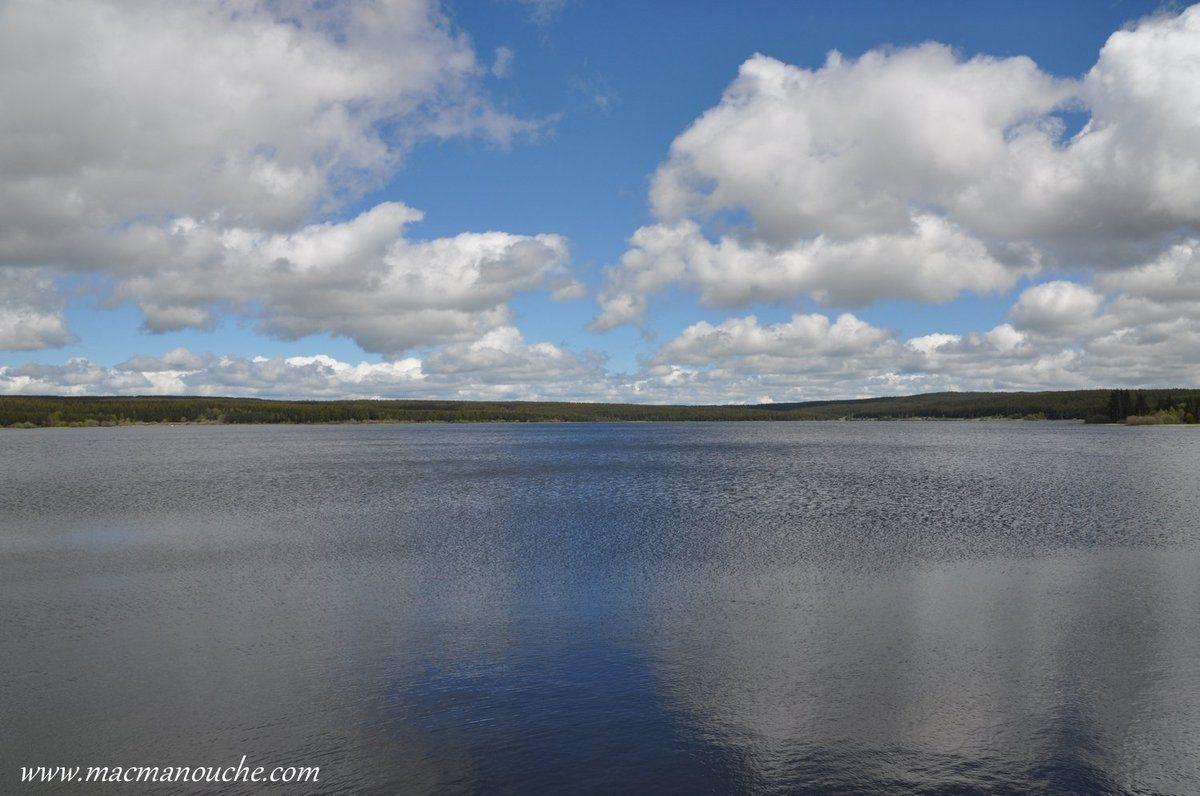 … == > … et l'on peut admirer ce magnifique lac artificiel créé entre les deux guerres pour les besoins de l'armée   … == > …