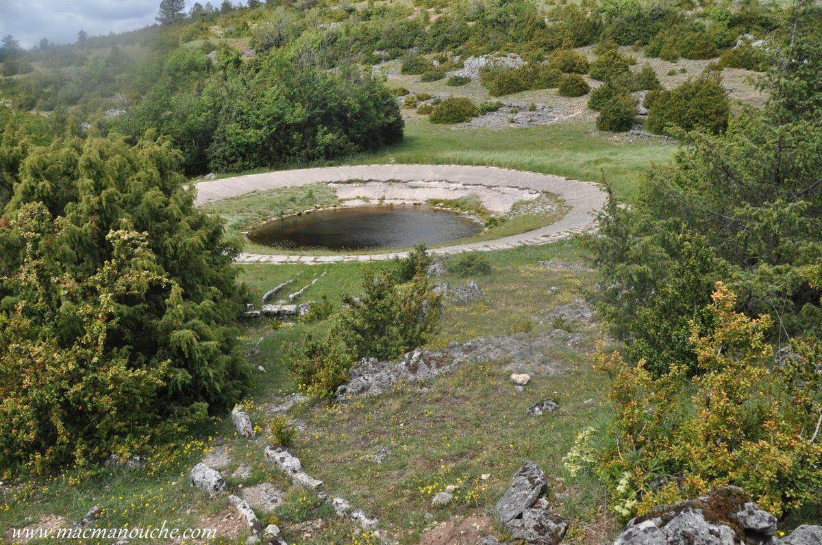 Une autre lavogne, qui n'est pas indiquée sur le plan, se trouve pas loin du chemin qui mène au moulin.