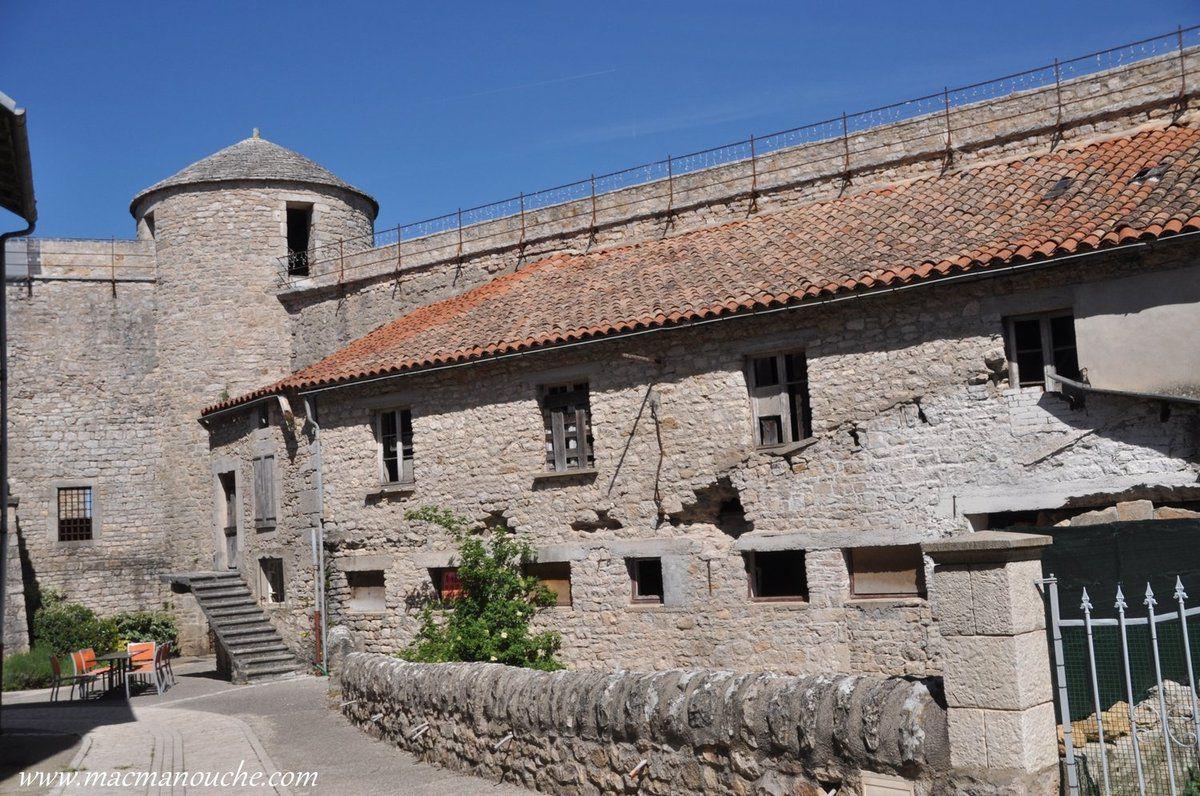 Vieille maison - peut-être d'anciennes écuries (?) - sous les remparts.