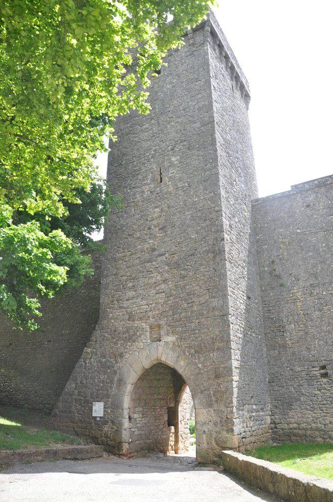 … == > …  Haute de plus de vingt mètres, couronnée de mâchicoulis, la Tour Nord est une des portes d'entrée du village.