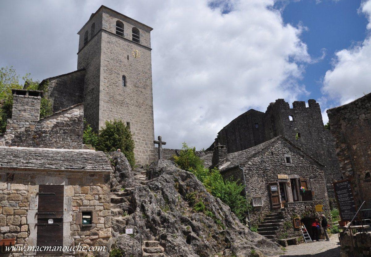 Le four banal, le clocher et à droite le château.