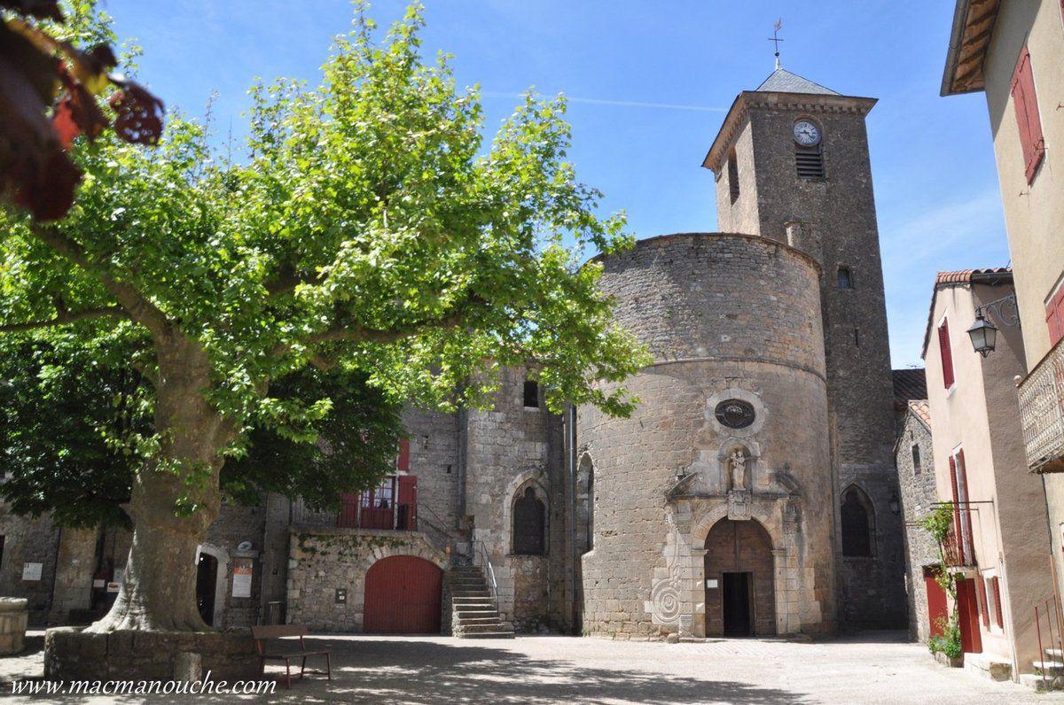 L'église romane des Templiers dont le sens a été inversé au XVIIesiècle pour que le portail d'entrée ouvre sur la place.