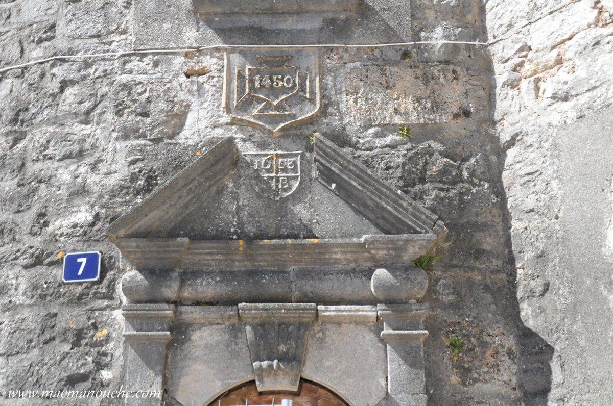 … == > … et dont la porte date de 1450!