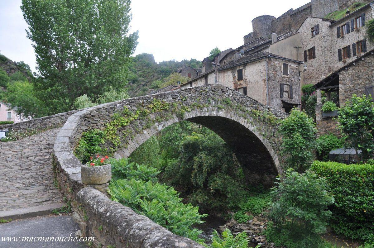 """Le pont gothique appelé pont ''crouput'' (""""sommet arrondi"""" en occitan)."""