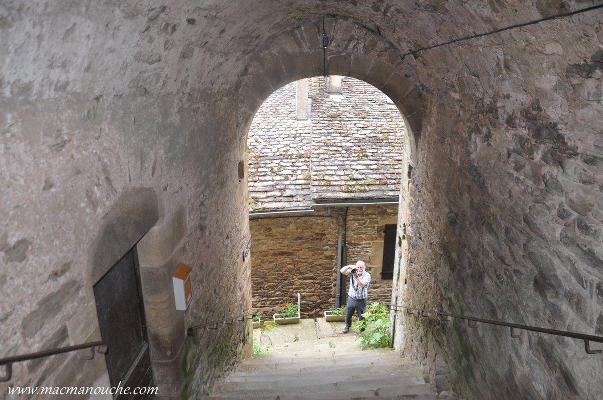 Passage voûté permettant de monter jusqu'à l'église.