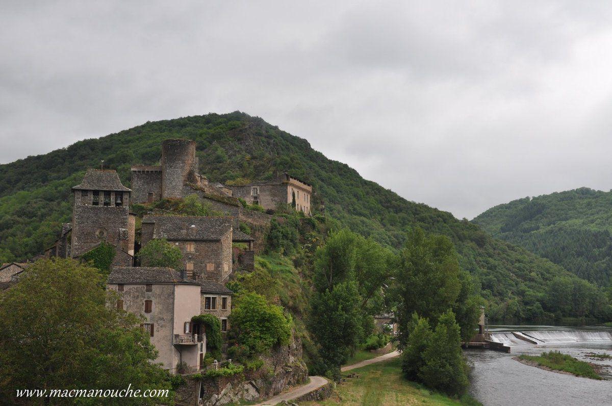 Perché sur un éperon rocheux, édifié au confluent du Tarn et de l'Alrance, lechâteau fortfut bâti au IXesiècle.