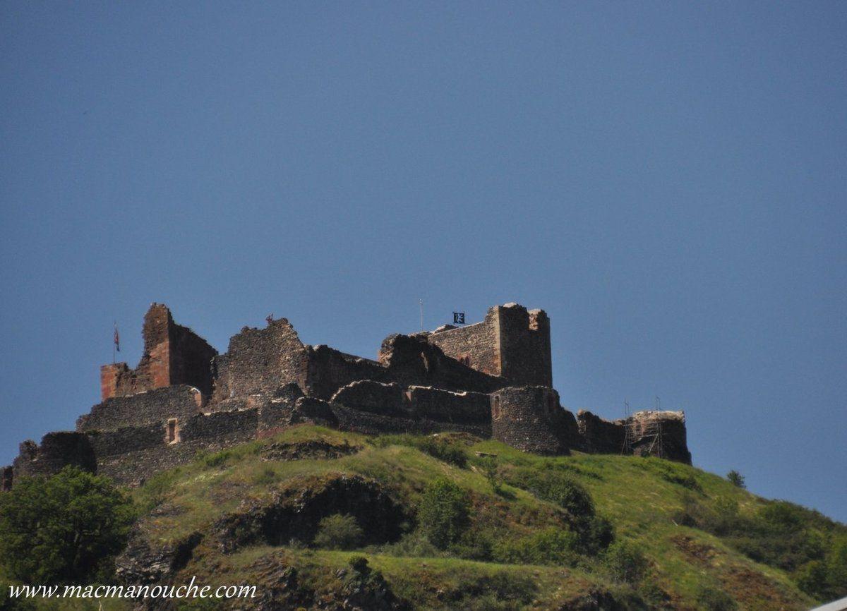 En route, petit crochet pour voir le château de Calmont-d'Olt qui surplombe de 200 mètres la ville d'Espalion et la vallée du Lot.