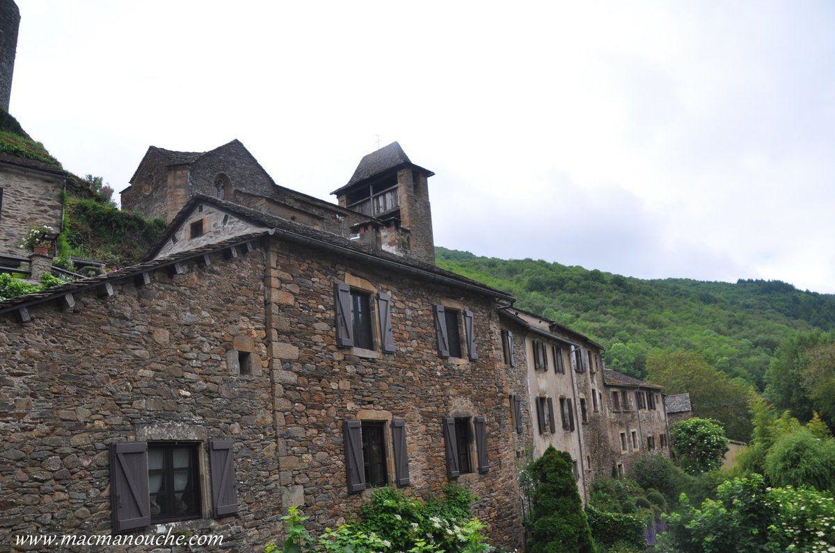 Maisons construites sur les pentes du château  dont … == > …