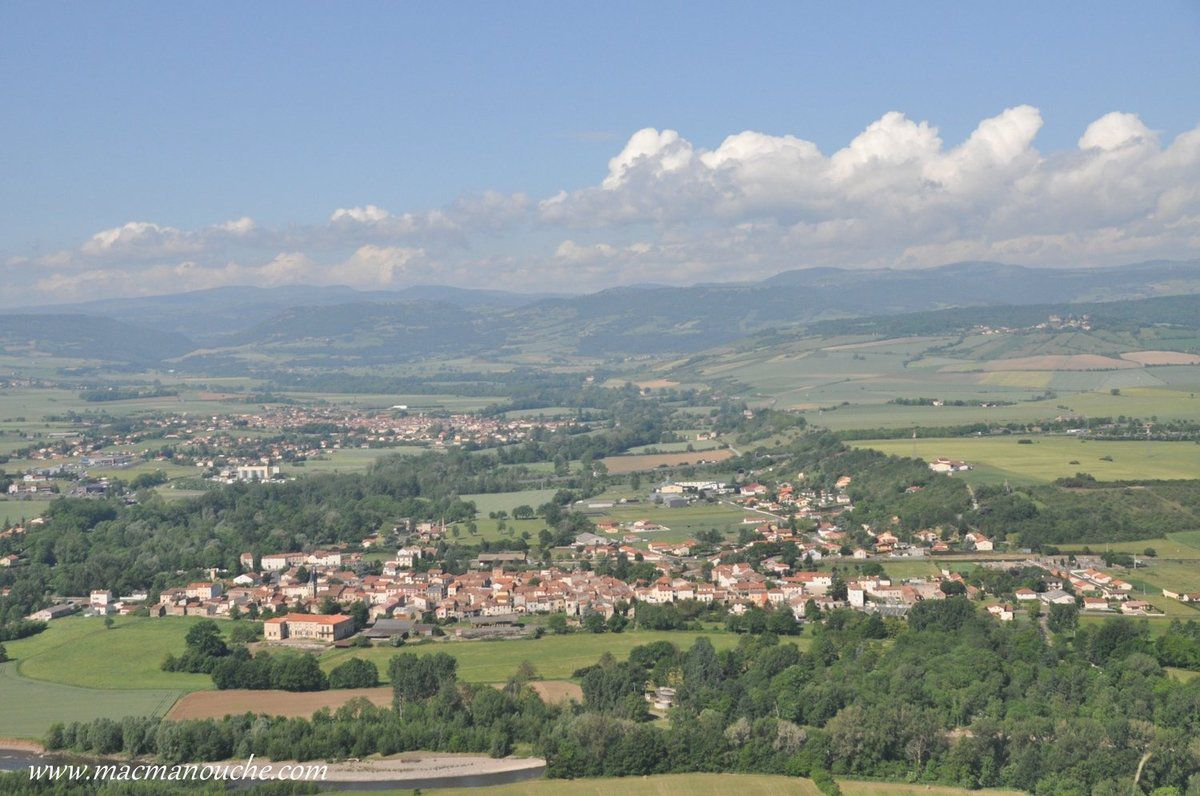 … == > …Il offre l'un des plus beaux panoramas de la région sur les Monts Dore, le Cézallier, le volcan cantalien, le Livradois, la Comté, le Puy-de-Dôme ...  … == > …