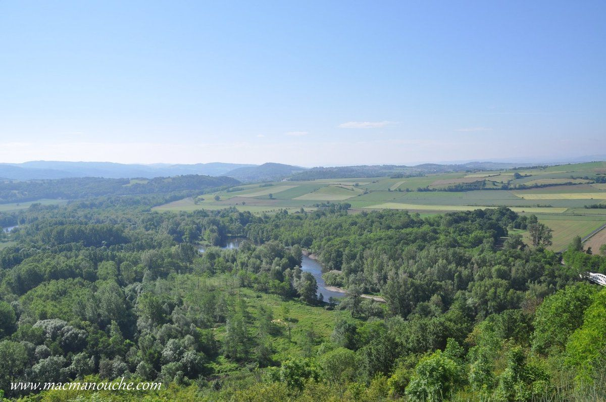 Du sommet, on domine de 170m le cours de la rivière Allier. … == > …