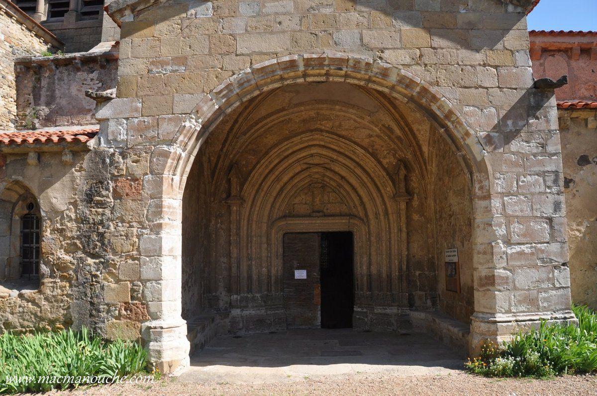 Le porche sud (XVè siècle), dominant la place, est protégé par une avancée que l'on appelle en Auvergne une ''ganivelle''.