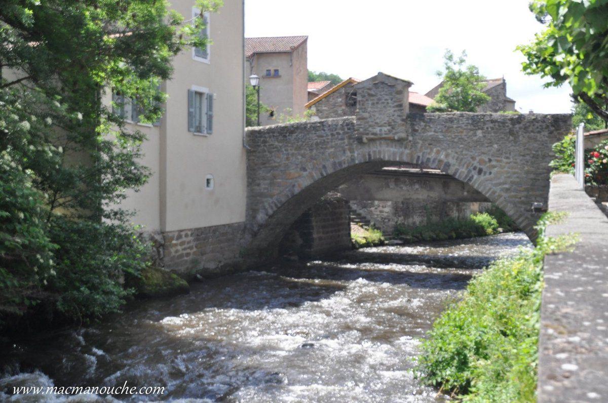 Le pont médiéval de la Pède sous lequel coule la Couze Pavin qui prend sa source au lac Pavin et se jette dans l'Allier à Issoire.