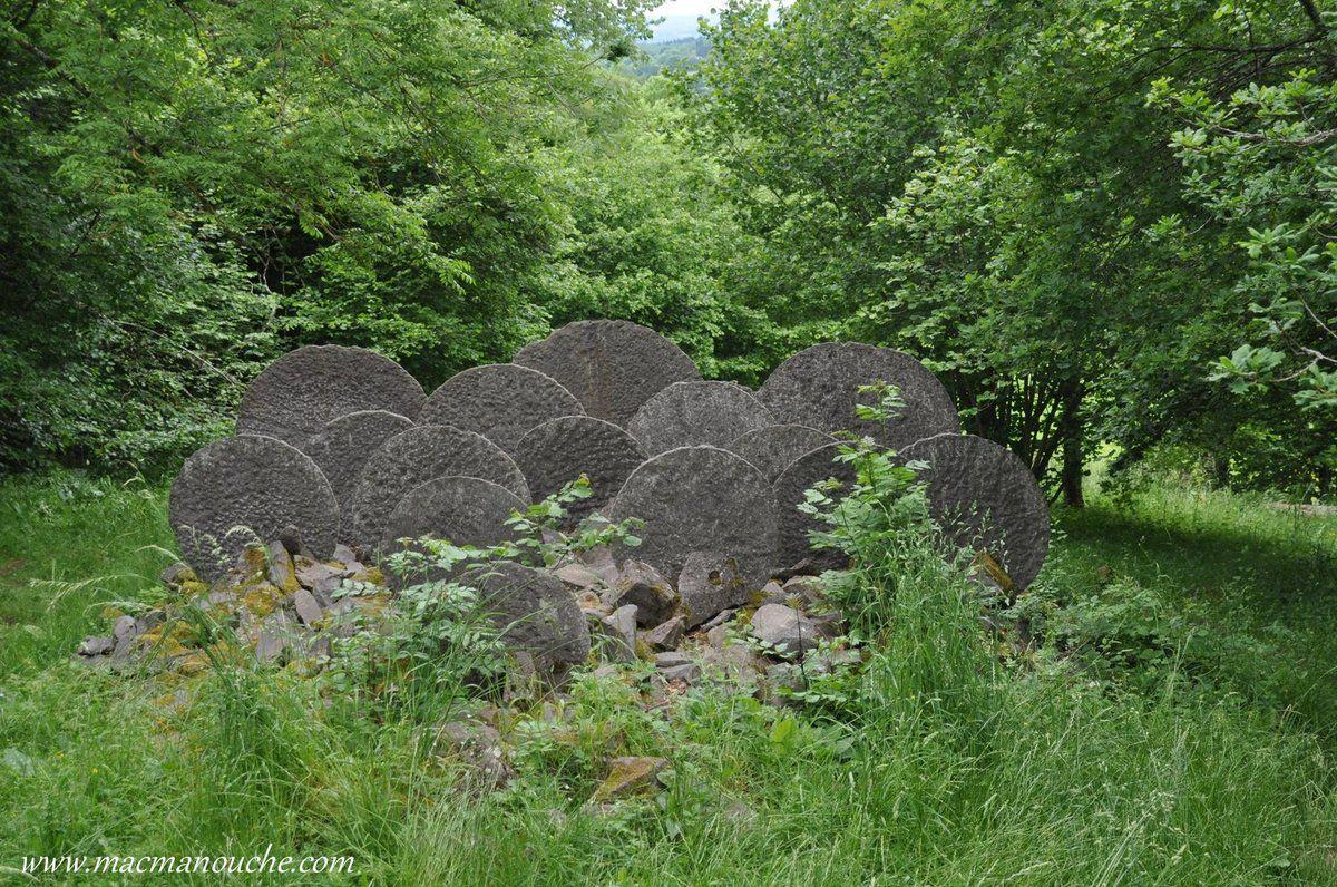 La première a été implantée en 1992, et depuis, une ou deux sculptures sont créées chaque année. Et chaque promeneur imagine à sa façon ce que peut représenter chaque sculpture.