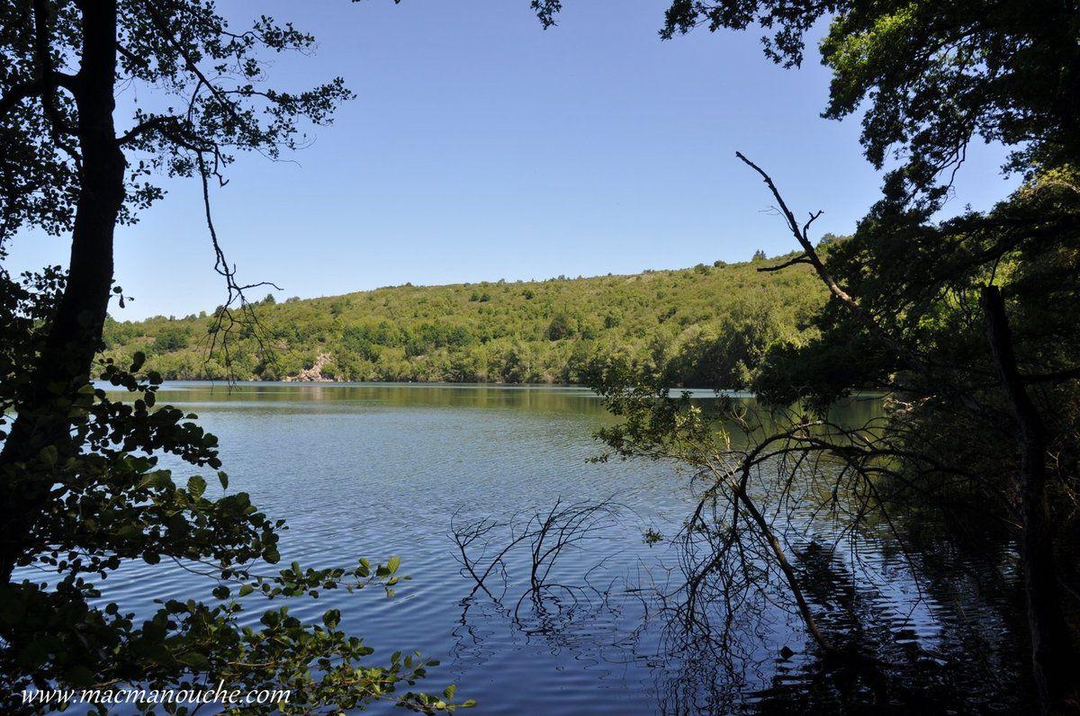 La vaporisation brutale de l'eau a entraîné une réaction violente : le manteau rocheux a littéralement explosé, créant un cratère. Et le ruisseau de Rochegude a ensuite progressivement rempli le cratère, créant le lac.