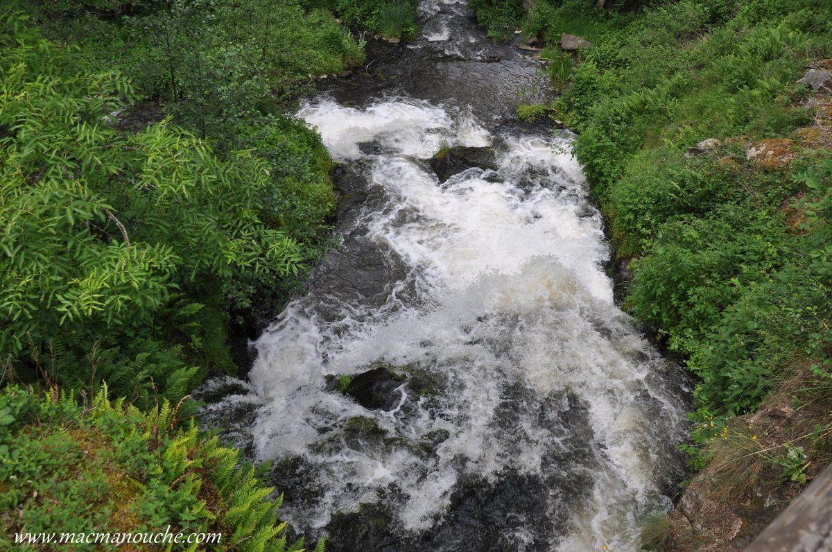 … == > … et, avant de rejoindre le bras principal de la rivière, elles actionnaient la roue du moulin.