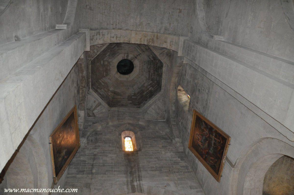 La nef donne vers l'est sur un grand mur droit - percé d'une fenêtre - qui surmonte l'abside.