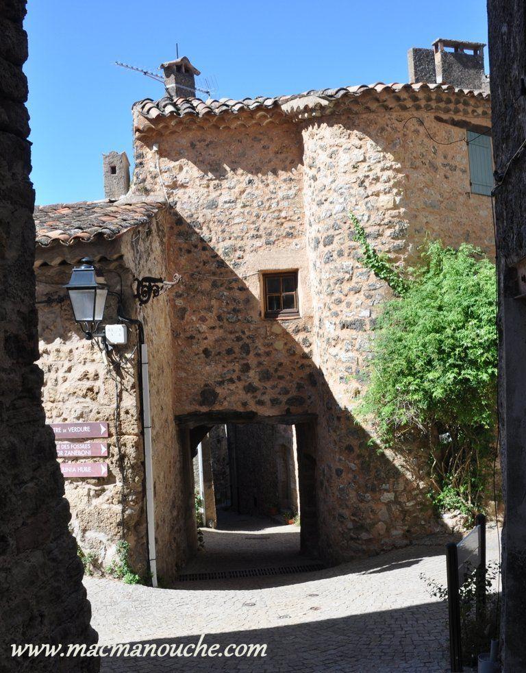 Plusieurs porches ou passages voûtés dans le village.