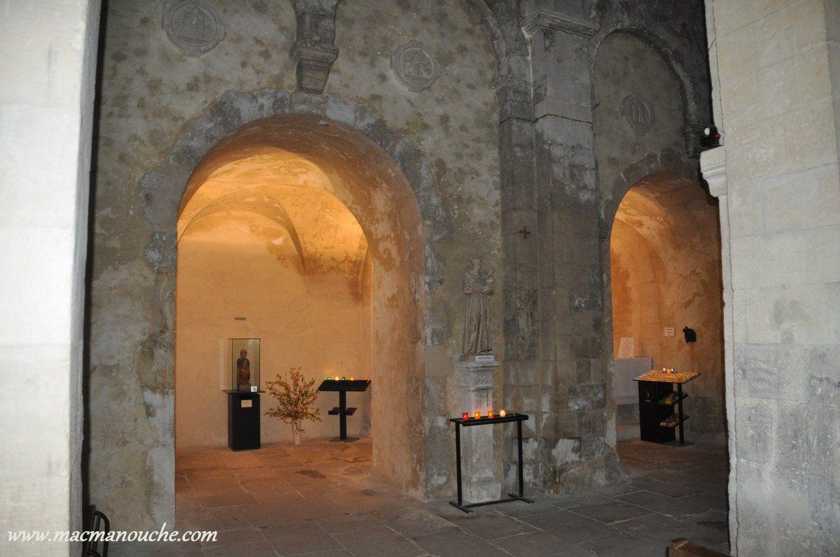 L'intérieur à deux travées n'a pas de transept.