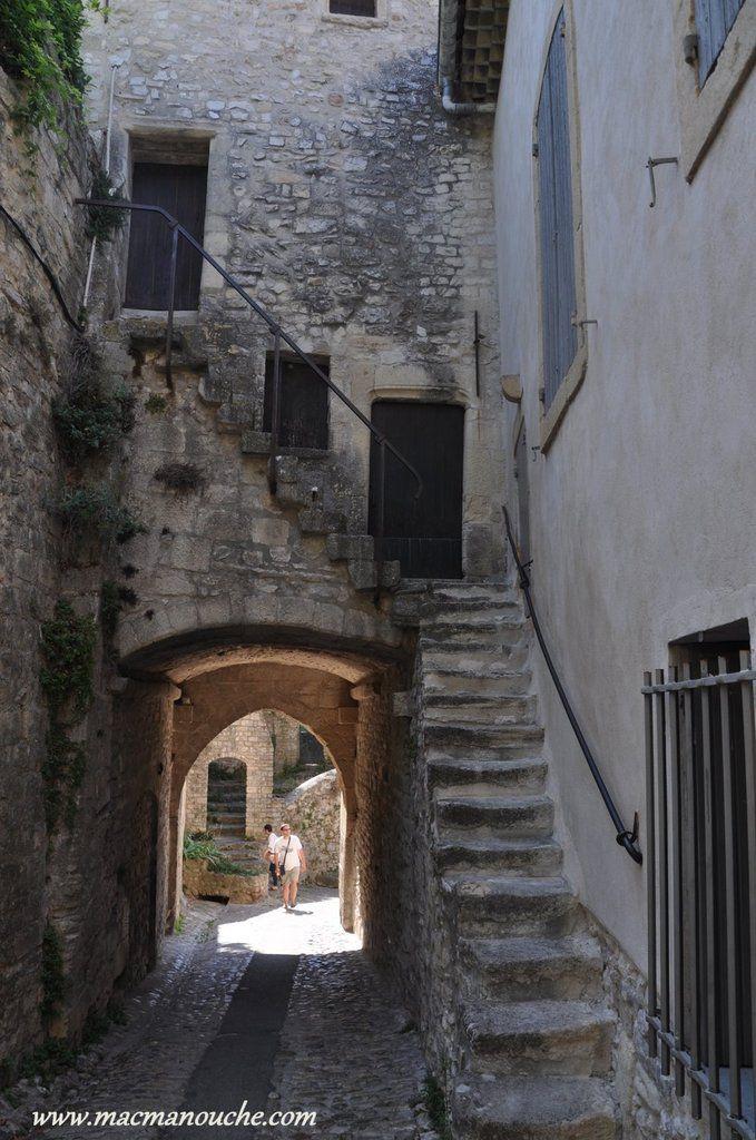 Passage sous la tour du beffroi.