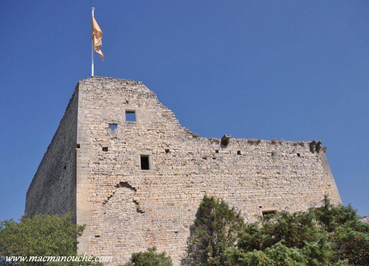 En passant par la Montée du Chapitre, puis par le sentier du Pas de la Mule, on arrive au château comtal.