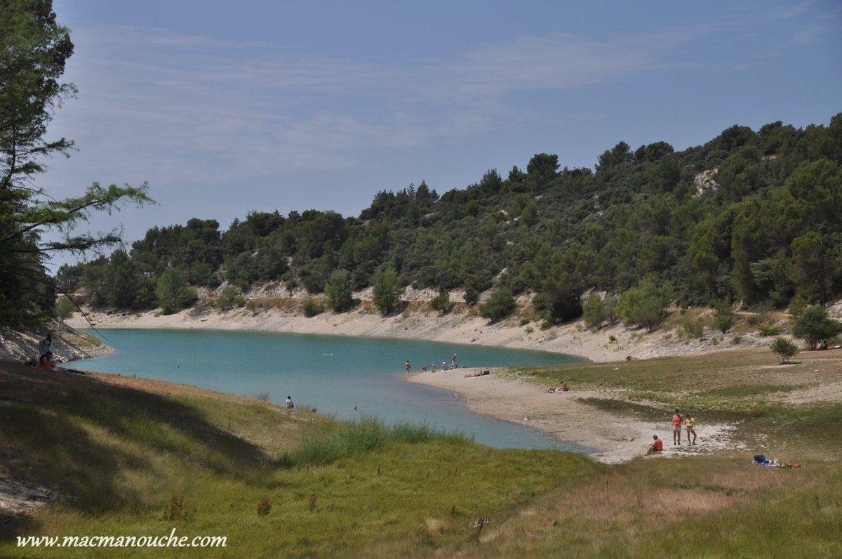 Le lac est fréquenté par des familles venues se baigner.