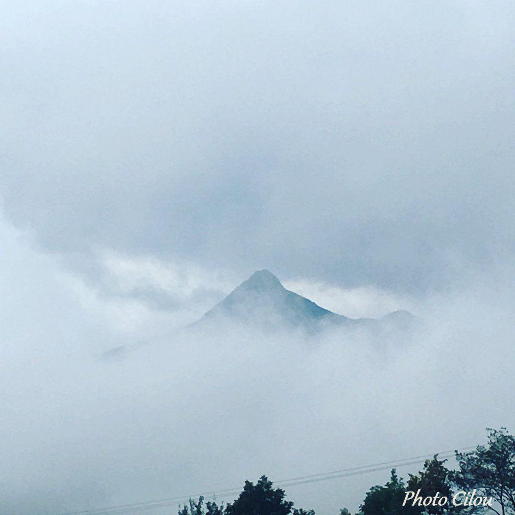 Halte de midi au col de la Croix Haute avec un épais brouillard.