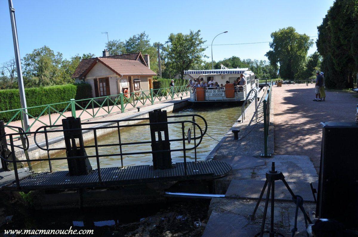 L'autre bateau, barge de transport de touristes, est  dans l'écluse.